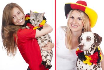 Weibliche Deutschland Fans mit Hund und Katze