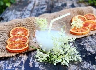 holundersirup mit orangenscheiben
