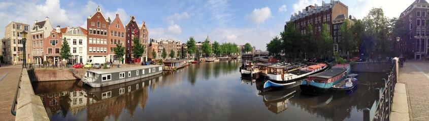 Gracht in Amsterdam im Sommer