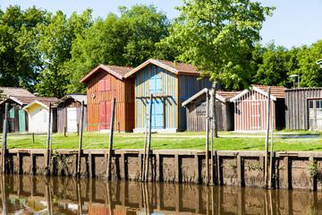port de biganos avec ses cabanes et maisons typiques