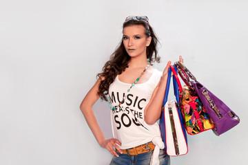Девушка с сумками в руках