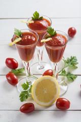 Bloody mary cocktail con zumo de tomates cherry en fondo blanco