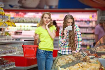 Две девушки в продуктовом магазине