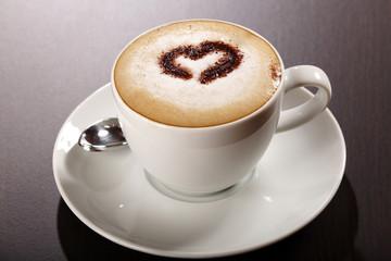 Tasse Kaffee mit Schokoladenherz