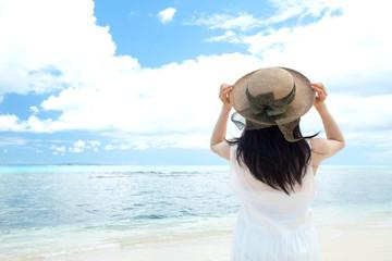 海を見る女の子