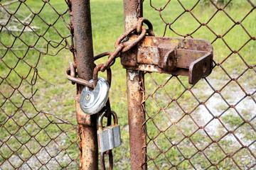 verschlossenes Tor an einem Grundstück