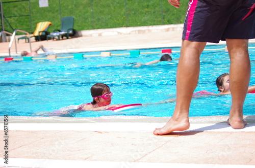 cours de natation en piscine Poster