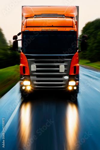 obraz lub plakat Ciężarówka na drodze