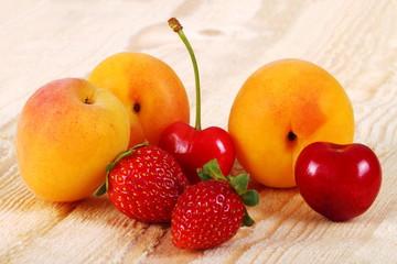 Albicocche,ciliegie e fragole