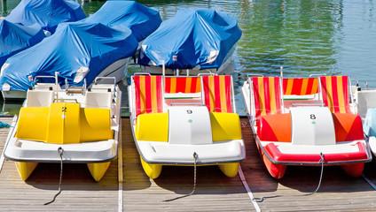 Bunte Tretboote am Bodensee