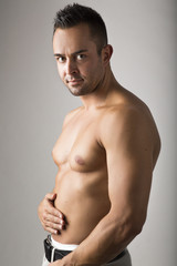 Junger attraktiver muskulöser Mann, freigestellt