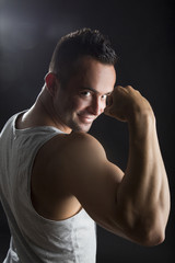 Junger attraktiver muskulöser Mann