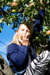 Mädchen am Apfelbaum