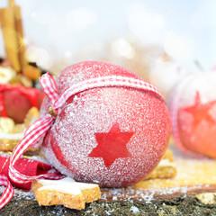 Weihnachtlich dekorierter Apfel