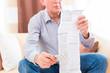 Senior liest zuhause Medikamenten Beipackzettel