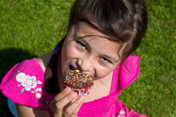 Maedchen ist einen leckeren Muffin