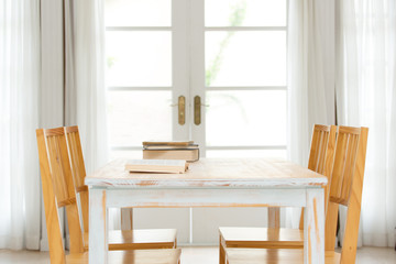 テーブルと本