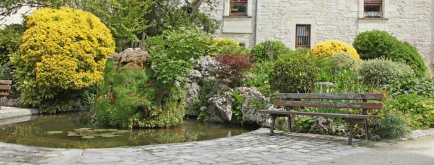 bassin dans un jardin