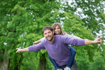 Vater und Tochter haben Spaß im Park