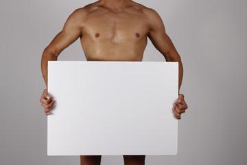 Hombre fuerte con cartulina blanca anunciando