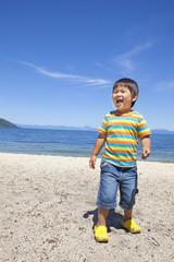 海で遊ぶ笑顔の子供