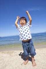 海で楽しく遊ぶ子供