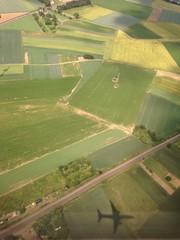 schatten eines flugzeugs bei einer luftaufnahme