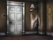 Stary pokój ze zdartą tapetą, lampą retro i drzwiami