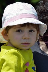 bimba col cappellino