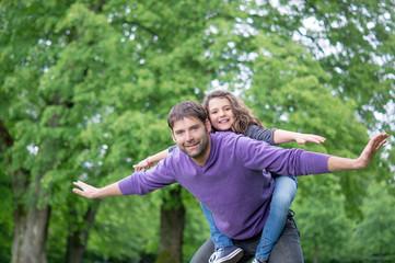 Vater und Tochter beim spielen im Grünen