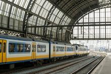 Trein binnen Amsterdam Centraal station