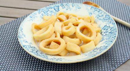 assiette de calamars ,anneaux d'encornets en sauce
