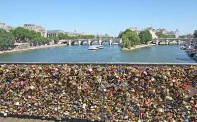cadenas sur le pont des arts à Paris