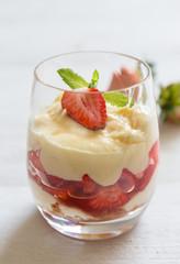Vanillepudding mit beschwipsten Erdbeeren auf Holz