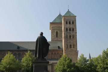 Justus Moeser Statue vor dem Dom