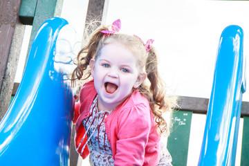 Bambina felice sullo scivolo