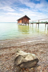 Bootshaus am Ufer des Sees
