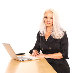 Geschäftsfrau mit Notebook am Schreibtisch