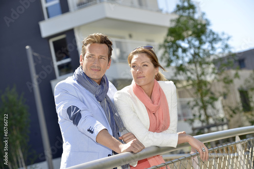 Couple looking for apartment to buy - 65766722
