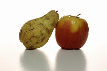 Una pera y una manzana.