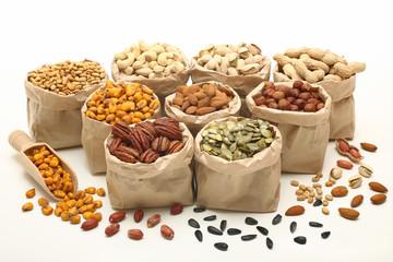 composizione di semi e noci su sfondo bianco