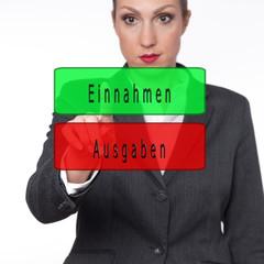 Frau berührt ein Symbol Einnahmen und Ausgaben