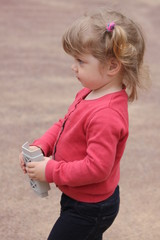 Ребенок с игрушкой в руках