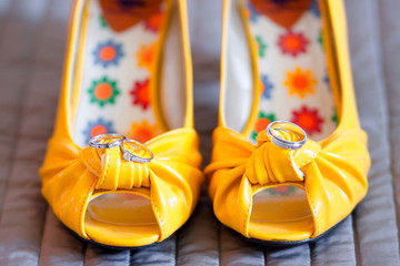 Chaussures de mariée et alliances