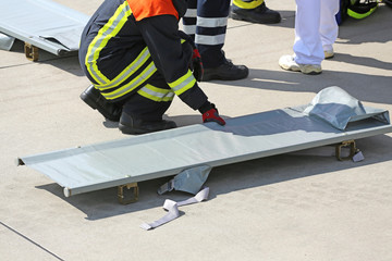 Feuerwehrmann mit Krankentrage