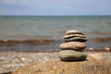 Zen Steinfigur am Strand