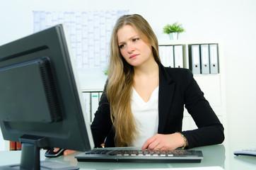 unzufriedene geschäftsfrau am computer