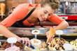 canvas print picture - Verkäuferin in Eisladen oder Eisdiele mit Eis
