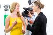 Reporter und Kameramann  drehen ein  Interview