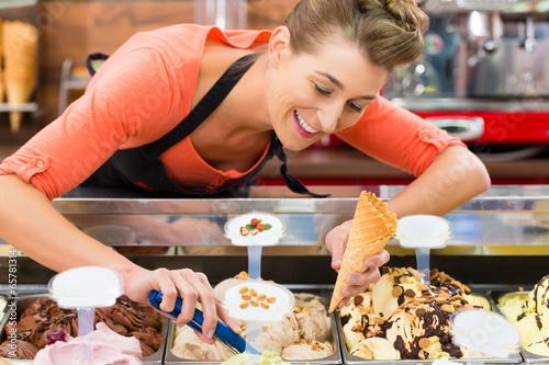 canvas print picture Verkäuferin in Eisladen oder Eisdiele mit Eis